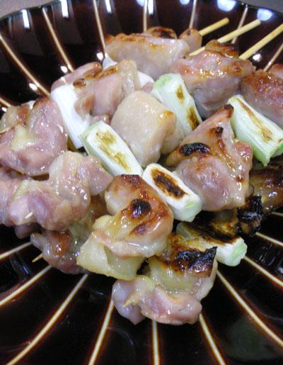 味噌漬け鶏モモ肉の串焼き