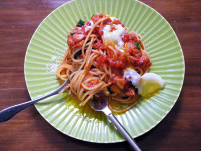 バジルとトマトソースのパスタ