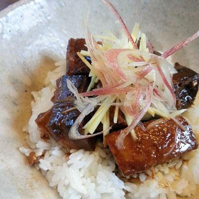 みそ風味の豚角煮丼